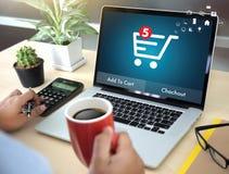 De bedrijfsmensen gebruiken Technologieelektronische handel Internet Globale Marketi Royalty-vrije Stock Foto's