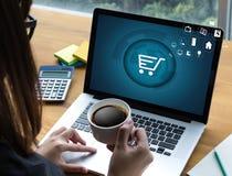 De bedrijfsmensen gebruiken Technologieelektronische handel Internet Globale Marketi Stock Fotografie