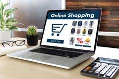 De bedrijfsmensen gebruiken Technologieelektronische handel Internet Globale Marketi Stock Foto's