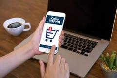 De bedrijfsmensen gebruiken Technologieelektronische handel Internet Globale Marketi Royalty-vrije Stock Foto