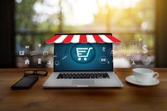 De bedrijfsmensen gebruiken de Wereldmarkt van Internet van de Technologieelektronische handel Royalty-vrije Stock Fotografie