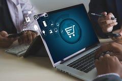 De bedrijfsmensen gebruiken de Wereldmarkt van Internet van de Technologieelektronische handel Stock Afbeelding