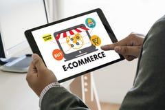 De bedrijfsmensen gebruiken de Wereldmarkt van Internet van de Technologieelektronische handel Stock Foto's