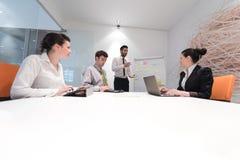 De bedrijfsmensen groeperen brainstorming en het nemen van nota's aan tikboa Stock Fotografie