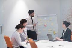 De bedrijfsmensen groeperen brainstorming en het nemen van nota's aan tikboa Royalty-vrije Stock Afbeeldingen