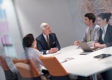 De bedrijfsmensen groeperen brainstorming op vergadering Royalty-vrije Stock Foto's