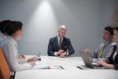 De bedrijfsmensen groeperen brainstorming op vergadering Stock Foto