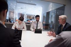 De bedrijfsmensen groeperen brainstorming op vergadering Stock Fotografie