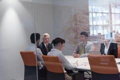 De bedrijfsmensen groeperen brainstorming op vergadering Stock Afbeelding