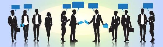 De bedrijfsmensen groeperen Communicatie van het Praatjebellen van de Silhouettoespraak Concept Stock Afbeeldingen