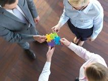 De bedrijfsmensen groeperen het assembleren puzzel Stock Foto