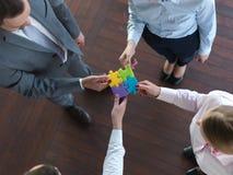 De bedrijfsmensen groeperen het assembleren puzzel Stock Afbeelding