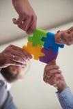 De bedrijfsmensen groeperen het assembleren puzzel Royalty-vrije Stock Foto's