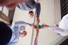 De bedrijfsmensen groeperen het assembleren puzzel Stock Fotografie