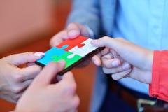 De bedrijfsmensen groeperen het assembleren puzzel en vertegenwoordigen teamsteun Royalty-vrije Stock Fotografie