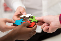 De bedrijfsmensen groeperen het assembleren puzzel en vertegenwoordigen teamsteun Stock Afbeelding