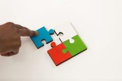 De bedrijfsmensen groeperen het assembleren puzzel en vertegenwoordigen teamsteun Stock Foto