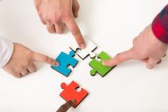 De bedrijfsmensen groeperen het assembleren puzzel en vertegenwoordigen teamsteun Stock Afbeeldingen