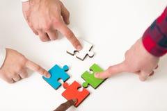De bedrijfsmensen groeperen het assembleren puzzel en vertegenwoordigen teamsteun Royalty-vrije Stock Afbeeldingen