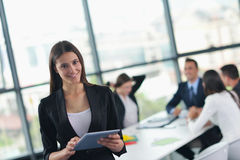 De bedrijfsmensen groeperen zich in een vergadering op kantoor Royalty-vrije Stock Afbeeldingen