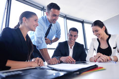 De bedrijfsmensen groeperen zich in een vergadering op kantoor