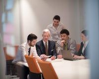 De bedrijfsmensen groeperen zich op vergadering op modern startkantoor Royalty-vrije Stock Foto