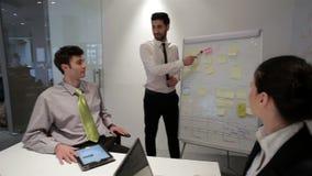 De bedrijfsmensen groeperen zich op vergadering op modern startkantoor,
