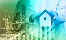 De bedrijfsmensen houden huismodel het dubbele huis po van de blootstellingsstijl stock afbeelding