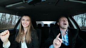 De bedrijfsmensen komen weg in de auto stock footage