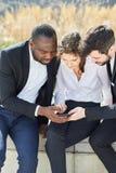 De bedrijfsmensen lezen of schrijven een sms-bericht stock foto