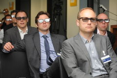 De bedrijfsmensen met 3d glazen bij tentoonstelling en handel tonen Stock Foto
