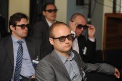 De bedrijfsmensen met 3d glazen bij tentoonstelling en handel tonen Royalty-vrije Stock Foto's