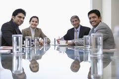 De bedrijfsmensen op Conferentie dienen in stock afbeeldingen