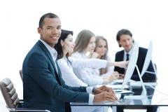 De bedrijfsmensen op de Vergadering bespreken Huidige Kwesties op het Moderne Kantoor stock foto