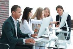 De bedrijfsmensen op de Vergadering bespreken Huidige Kwesties op het Moderne Kantoor stock afbeeldingen