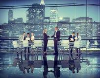 De bedrijfsmensen overhandigen de Samenwerking van de het Groepswerkovereenkomst van het Schokvennootschap Royalty-vrije Stock Afbeelding