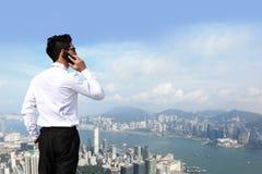 De bedrijfsmensen roepen door slimme telefoon Stock Foto's