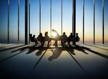 De bedrijfsmensen rond de Conferentie dienen in stock foto's