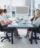 De bedrijfsmensen verzamelden zich voor een videoconferentie stock afbeeldingen