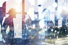 De bedrijfsmensen werken in bureau met Internet-netwerkgevolgen samen Concept groepswerk en vennootschap dubbel royalty-vrije illustratie
