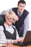 De bedrijfsmensen werken met laptop Stock Afbeeldingen