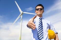De bedrijfsmensenhanddruk werkt samen om windenergiebrandstof te doen Stock Foto