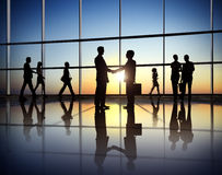 De bedrijfsmensenpartnerschapsovereenkomst slaagt Concept Stock Afbeeldingen