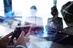 De bedrijfsmensenwerken in bureau met tablet in de voorgrond Concept groepswerk en vennootschap dubbele blootstelling met royalty-vrije stock afbeelding