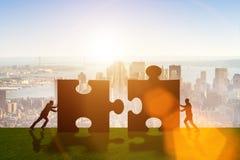 De bedrijfsmetafoor van groepswerk met puzzel Stock Foto's