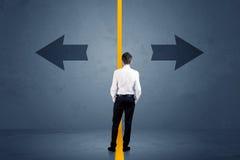 De bedrijfspersoon die tussen twee die opties kiezen door worden gescheiden schreeuwt royalty-vrije stock afbeeldingen