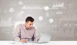 De bedrijfspersoonszitting bij bureau met rapport analyseert concept stock afbeelding