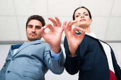 De bedrijfssituatie, een man en een vrouw tonen succesvol handgebaar Royalty-vrije Stock Foto