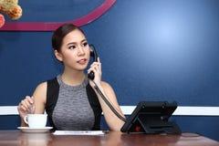 De bedrijfsvrouw Aziaat heeft Koffie vóór het werk in ochtend Royalty-vrije Stock Afbeeldingen