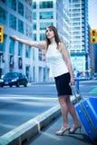 De bedrijfsvrouw begroet een taxi - toegepaste filter Stock Foto